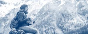 Photo personne qui regarde une carte en montagne - Audit d'entreprise MyStartR