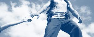 Photo d'une personne qui tend la main pour aider une autre personne à avancer - Accompagnement personnel MyStartR