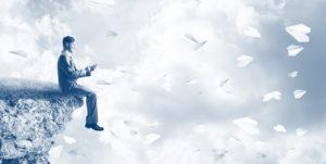 Photo d'un homme sur une falaise et avions en papier qui volent autour - MyStartR